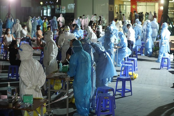 Với quy mô dịch tăng rất nhanh, Việt Nam phải điều chỉnh trong cách thức chống dịch