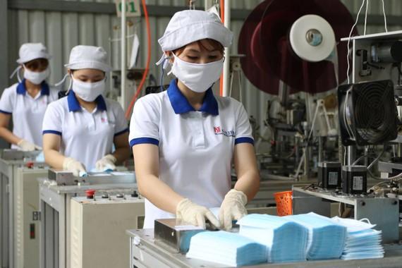 IFC hỗ trợ Việt Nam sản xuất đồ bảo hộ PPE để hỗ trợ chống dịch Covid-19