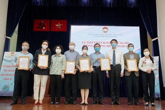 Bà Tô Thị Bích Châu trao thư cảm ơn cho các doanh nghiệp ủng hộ tiền mặt, hàng hoá cho công tác phòng, chống dịch.