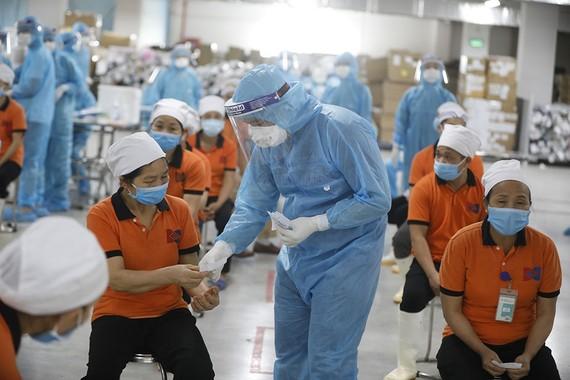Công nhân là một trong những đối tượng cần được hỗ trợ theo đề xuất mới. Trong ảnh: Lấy mẫu xét nghiệm Covid-19 cho công nhân tại Bắc Giang