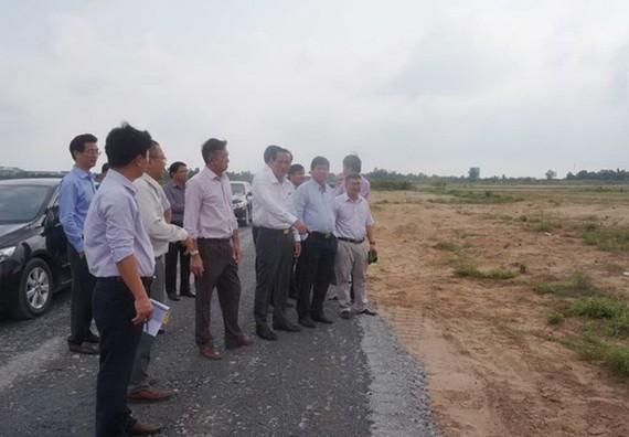 Ngành chức năng kiểm tra dự án đầu tư tại huyện Bến Lức. (Nguồn: baolongan)