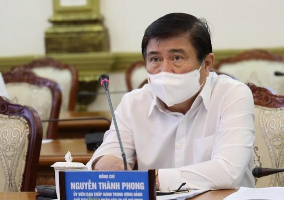 Chủ tịch Nguyễn Thành Phong chia sẻ khó khăn với doanh nghiệp. Ảnh: HMC.