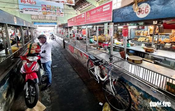 Các tiểu thương kinh doanh tại các chợ truyền thống tiếp tục gặp khó khăn trước làn sóng dịch bệnh lần thứ 4 - Ảnh: NGỌC HIỂN
