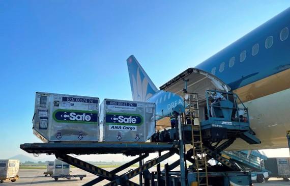 Vietnam Airlines vận chuyển 1 triệu liều vaccine do Nhật Bản hỗ trợ vào TPHCM