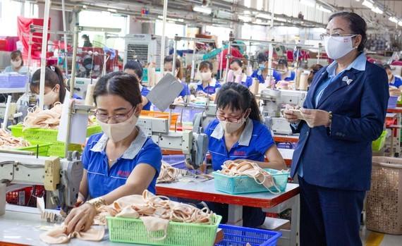 Nhiều DN ngành dệt may có đơn hàng khá. Trong ảnh: Khâu sản xuất của Công ty thời trang PALTAL (quận 12, TPHCM). Ảnh: HOÀNG HÙNG