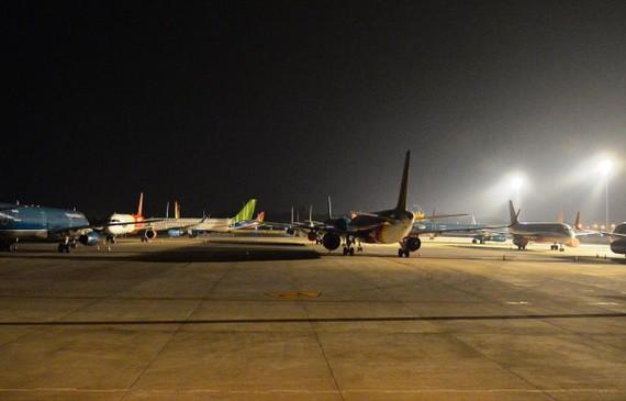Sân bay Nội Bài tận dụng cả các đường lăn, sân đỗ để các hãng có vị trí đỗ tàu bay. (Ảnh: CTV/Vietnam+)