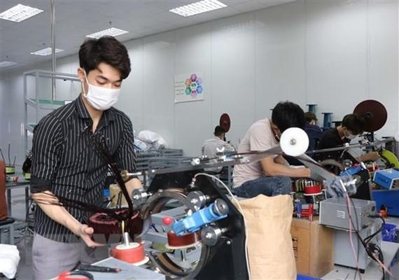 Công nhân làm việc tại Công ty TNHH Talway Việt Nam, khu công nghiệp Quế Võ, phường Nam Sơn, thành phố Bắc Ninh, tỉnh Bắc Ninh. (Ảnh: Thái Hùng/TTXVN)