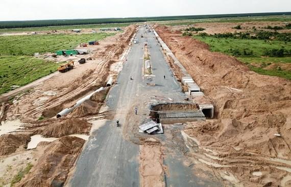 Tuyến đường chính trong Khu tái định cư Lộc An-Bình Sơn đang được hoàn thiện. (Ảnh: Công Phong/TTXVN)