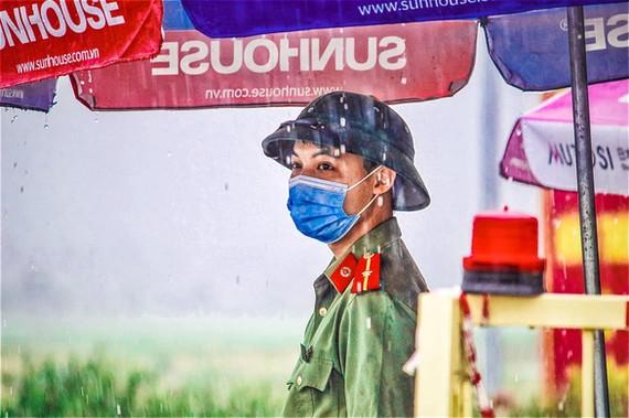 Lực lượng chức năng vẫn duy trì các chốt kiểm soát phòng, chống dịch COVID-19 tại 3 huyện Yên Thế, Hiệp Hòa và Yên Dũng - Ảnh: YÊN DŨNG