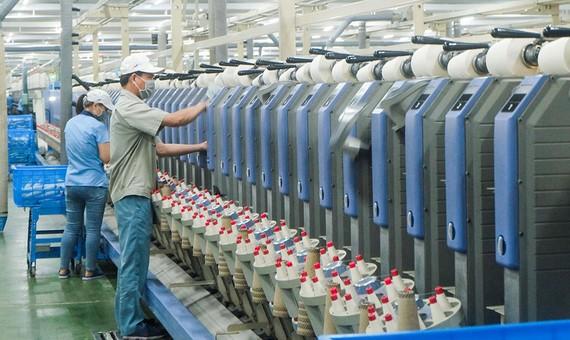 Công nhân làm việc tại Công ty CP dệt may Hòa Thọ (Q.Cẩm Lệ, TP.Đà Nẵng)