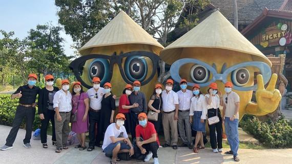 Du khách du lịch tại Phú Quốc đầu năm 2021. Ảnh: MẪN MINH