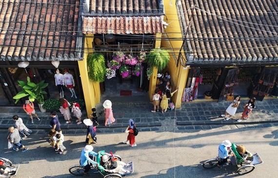 Du khách quốc tế tham quan Phố cổ Hội An. (Ảnh: Thanh Tùng/TTXVN)