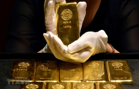 Vàng miếng được bày bán tại một tiệm kim hoàn ở Tokyo, Nhật Bản. (Ảnh: AFP/TTXVN)