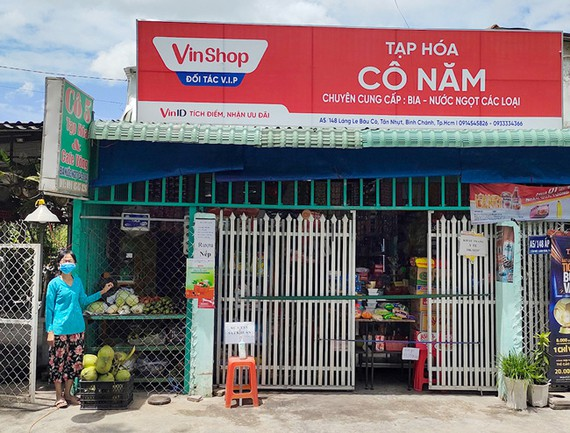 Người dân TPHCM có thể dễ dàng mua nhu yếu phẩm tại các cửa hàng tạp hoá gần nhà.