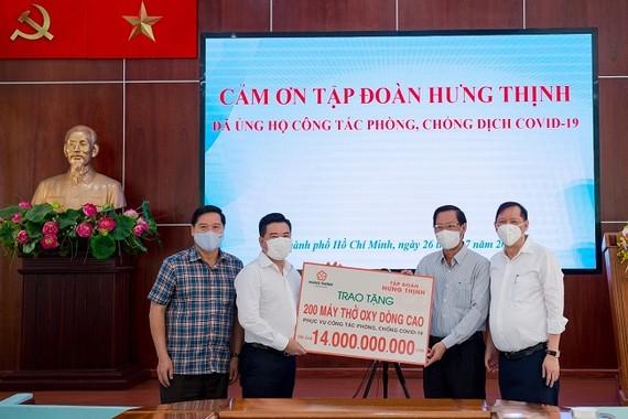 Ông Nguyễn Đình Trung – Chủ tịch Tập đoàn Hưng Thịnh (thứ 2 từ trái sang) trao tặng 200 máy thở oxy dòng cao trị giá 14 tỷ đồng cho ông Phan Văn Mãi - Ủy viên Trung ương Đảng, Phó Bí thư Thường trực Thành ủy TPHCM (thứ 2 từ phải sang)