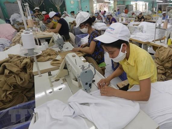 Sản xuất hàng xuất khẩu sang thị trường Nhật Bản tại Công ty Cổ phần dệt may Sơn Nam, Nam Định. (Ảnh: Trần Việt/TTXVN)