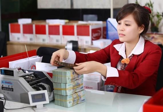 Nhiều ngân hàng ở TP.HCM vẫn áp dụng 3 tại chỗ. (Ảnh: CTV/Vietnam+)