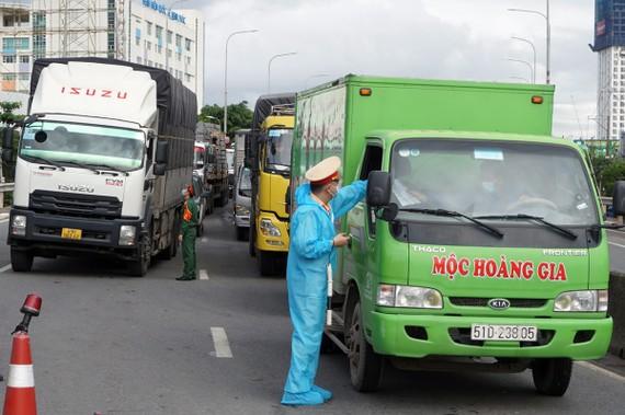 Một chốt kiểm tra trên Quốc lộ 13, TP Thủ Đức. Ảnh: Hà An
