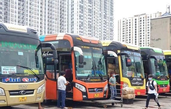 """Nhiều doanh nghiệp vận tải đã phải tạm thời """"đắp chiếu"""" xe do ảnh hưởng của dịch COVID-19 và một số tỉnh, thành thực hiện giãn cách xã hội. (Ảnh: CTV/Vietnam+)"""