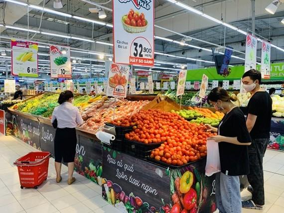 Các siêu thị tăng nguồn cung dự trữ hàng hóa, đảm bảo bình ổn thị trường. (Ảnh: Đức Duy/Vietnam+)