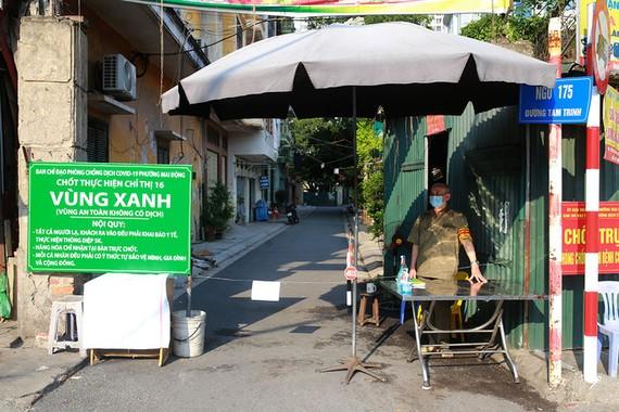 """Chốt """"vùng xanh"""" ở ngõ 175 đường Tam Trinh, phường Mai Động, quận Hoàng Mai chiều 3/8. Ảnh: Tất Định."""