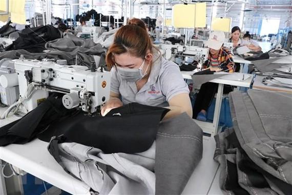 Công ty Triệu Phú Lộc chuyên chế biến đồ nội thất gia dụng tại huyện Bắc Tân Uyên, tỉnh Bình Dương duy trì sản xuất trong điều kiện mới. (Ảnh: Dương Chí Tưởng/TTXVN)