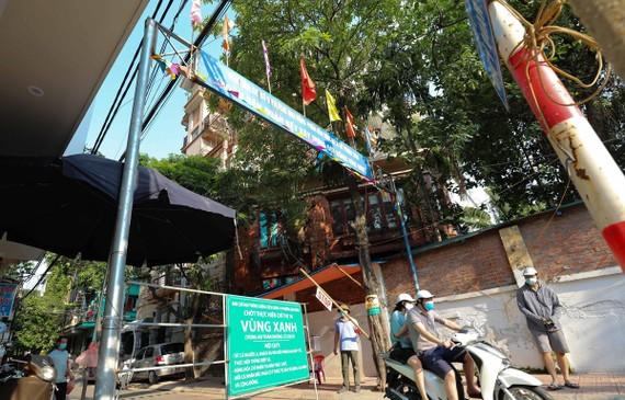 Kiểm soát chặt người ra, vào tại khu dân cư số 9, tổ 12, phường Mai Động, quận Hoàng Mai. (Ảnh: Thanh Tùng/TTXVN)