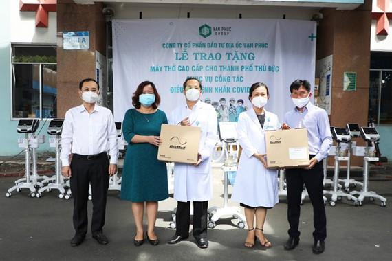 Đại diện Van Phuc Group trao tặng 26 máy thở cho Bệnh viện TP Thủ Đức và Bệnh viện Lê Văn Thịnh