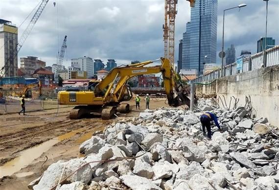 San lấp, tái lập hoàn trả mặt bằng nhà ga trung tâm Bến Thành tuyến metro số 1. (Ảnh: TTXVN)