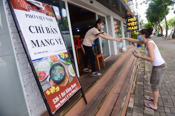 Quán phở Việt Nam ở quận 7, TP.HCM bán cho khách mang về sáng 12-9 - Ảnh: QUANG ĐỊNH