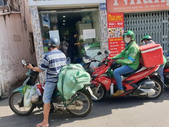 Sáng 14-9, nhiều người dân tại một con hẻm trên đường Xô Viết Nghệ Tĩnh chọn mua hàng ở các điểm bán chui - Ảnh: N.TRÍ