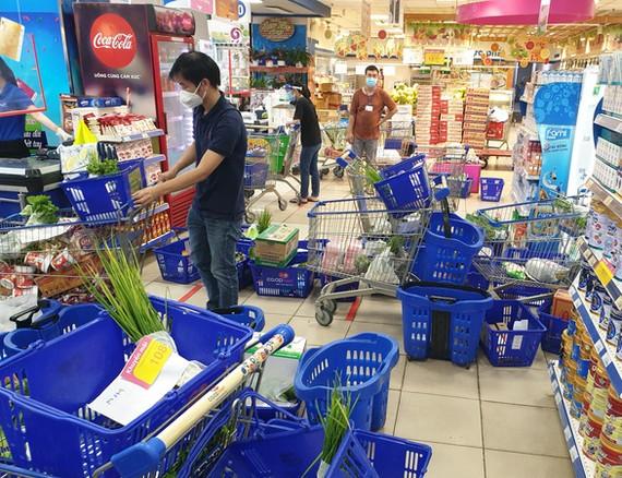 Việc mua sắm vẫn gặp khó bởi lượng shipper ít ỏi - Ảnh: N.TRÍ