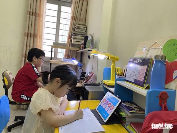 Học sinh tiểu học ở TP.HCM làm quen với việc học trực tuyến, chuẩn bị cho việc học chính thức từ ngày 20-9 - Ảnh: GIA HUY