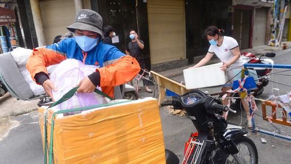 Shipper Nguyễn Bảo Ngọc lấy hàng khách đặt trên đường Cộng Hòa (quận Tân Bình) để đi giao ở quận Bình Thạnh và TP Thủ Đức (TP.HCM) - Ảnh: QUANG ĐỊNH