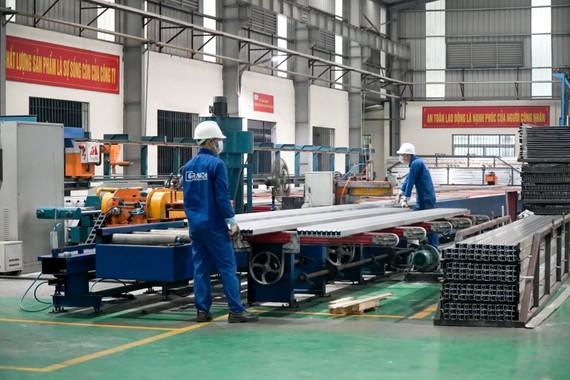 Công nhân Nhà máy Nhôm Đô Thành (huyện Gia Lâm) sản xuất tại chỗ. Ảnh: TTXVN