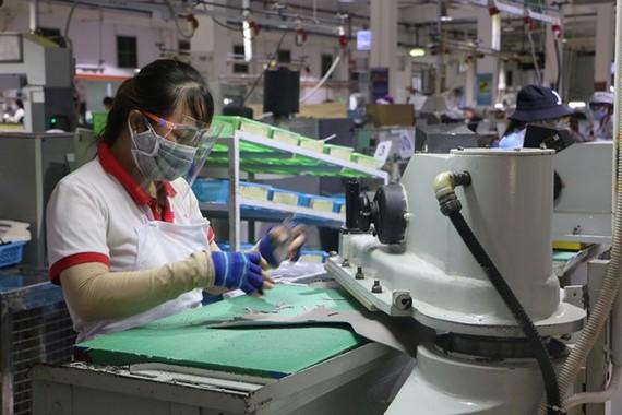 Nhiều doanh nghiệp đã bắt đầu xây dựng các mô hình sản xuất an toàn trong bối cảnh chống dịch mới. (Ảnh: TTXVN)