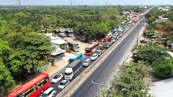 Quốc lộ 1A qua các tỉnh ĐBSCL thường xuyên bị tắc nghẽn khi lưu lượng giao thông tăng cao trong các dịp lễ. Ảnh: HOÀNG HÙNG