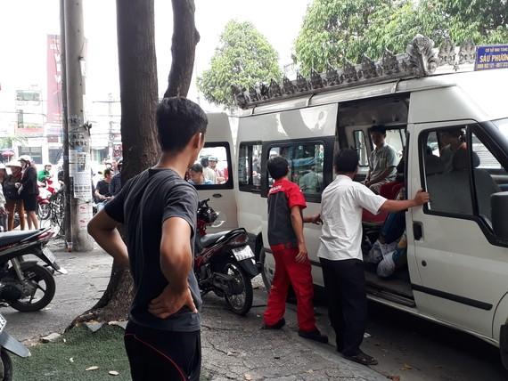 Lực lượng chức năng đưa thi thể nạn nhân về nhà xác bệnh viện phục vụ công tác điều tra
