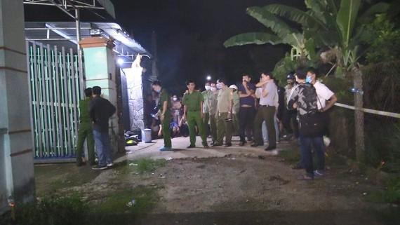 Lực lượng chức năng khám xét căn nhà phát hiện thi thể
