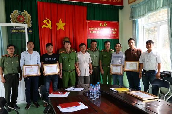 """""""Hiệp sĩ"""" Nguyễn Thanh Hải (bên phải) cùng đồng đội nhận Giấy khen của Công an tỉnh Bình Dương"""