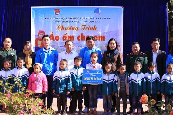 Hàng trăm phần quà đã được trao tặng cho trẻ em huyện Văn Bàn, tỉnh Lào Cai