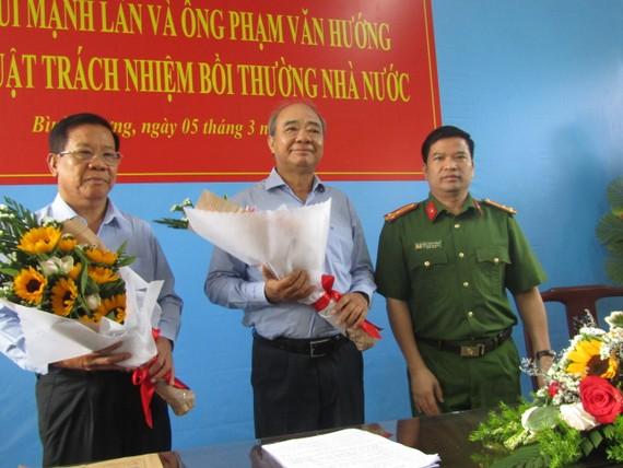 Thượng tá Đặng Trọng Cường tặng hoa 2 người bị bắt giam không có lệnh hợp pháp tại buổi xin lỗi