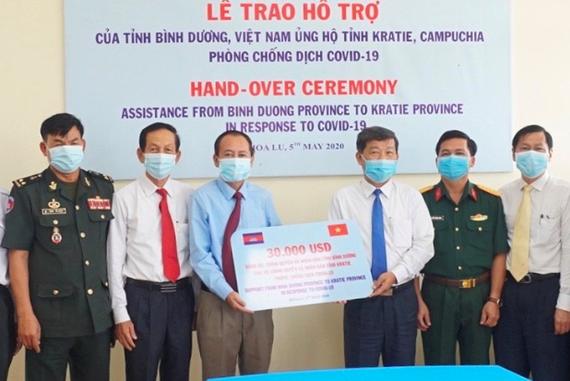 Lãnh đạo UBND tỉnh Bình Dương trao quà cho tỉnh bạn Campuchia