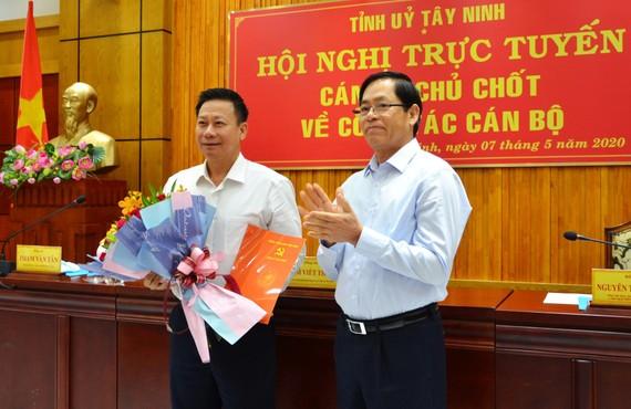 Bí thư Tỉnh ủy Tây Ninh Phạm Viết Thanh (bên phải) tặng hoa chúc mừng ông Nguyễn Thanh Ngọc