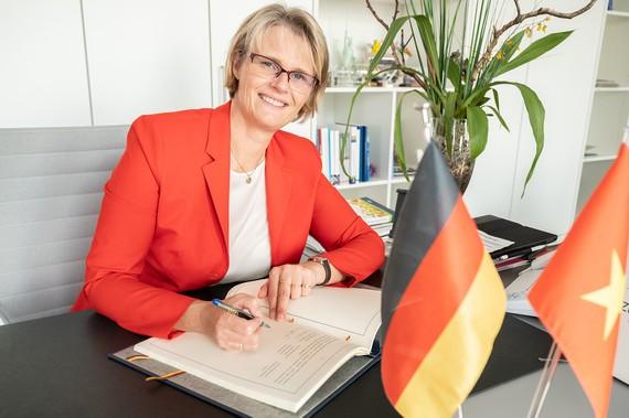 Bà Anja Karliczek tại buổi ký kết