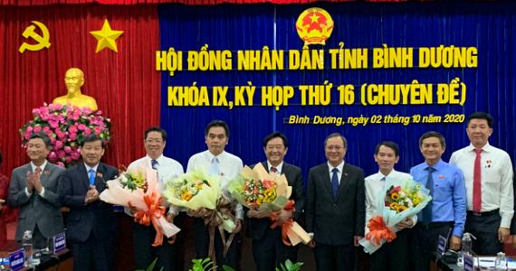 Tân Chủ tịch và Phó Chủ tịch UBND tỉnh Bình Dương nhận hoa chúc mừng
