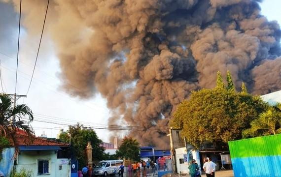 Khói bốc cáo tại hiện trường vụ cháy
