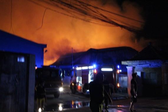Lực lượng chức năng đang tích cực khống chế đám cháy