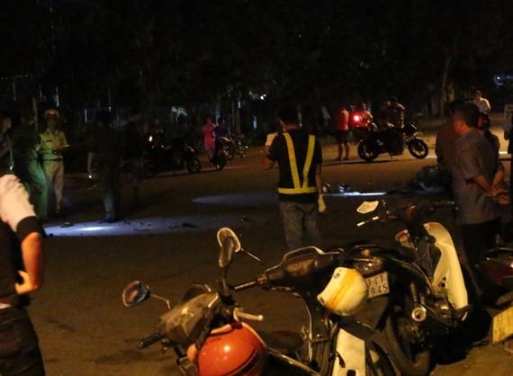 Lực lượng chức năng phòng tỏa hiện trường điều tra vụ việc
