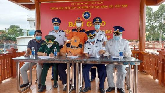 Bàn giao 11 thuyền viên tàu Xin Hong bị chìm ở vùng biển Bình Thuận cho cơ quan chức năng